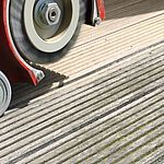 Holzterrasse reinigen mit Floortec Terrassenblitz