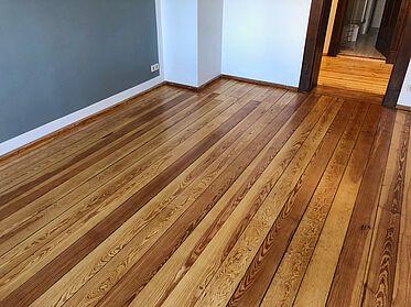 Holzdielenboden Pitchpinie, geschliffen und lackiert